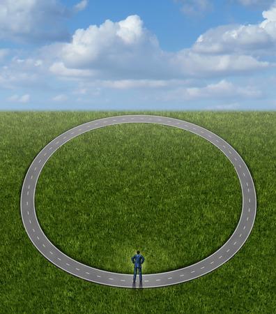 circulo de personas: El entrar en c�rculos y problemas de la carrera Concepto de negocio con ning�n cambio en la condici�n de un hombre de negocios en un camino circular que se repite sin sentido como s�mbolo del estancamiento y la p�rdida de tiempo, siguiendo un camino in�til a ninguna parte Foto de archivo