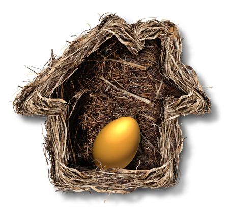 Inicio las finanzas y el símbolo de la equidad residencial como en forma de una casa familiar con un huevo de oro en el interior como una metáfora para la planificación de la seguridad financiera y la inversión en bienes raíces de la libertad de jubilación nido de pájaro