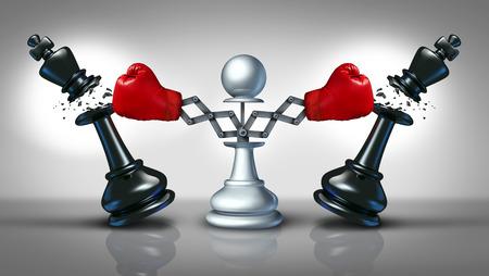 Nuovo concetto di business concorrenza con una punzonatura pedina degli scacchi e concorrenti distruggendo come due pezzi re nascosti con i guanti di inscatolamento rossi Archivio Fotografico