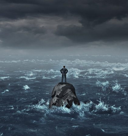 lideres: Empresario Stranded perdió en el mar de pie sobre una roca aislada como un concepto de negocio para la desesperación financiera o estar perdido y que necesitan carrera o ayuda financiera para salir de la crisis