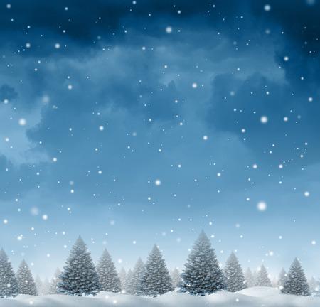 Winter sneeuw achtergrond concept met een koude blauwe bos van pijnbomen op een sneeuwende vakantie nachtelijke hemel als een design element met een kopie ruimte voor het seizoen van Kerstmis en feestelijke viering van voor de tijd van het geven