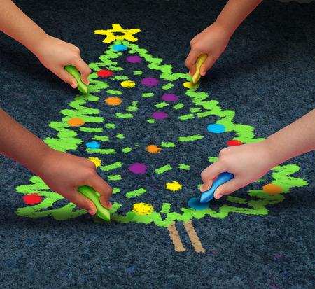 holiday symbol: Comunit� concetto di Natale come un gruppo di bambini multiculturali drawiing un pino decorato sul pavimento con il gesso come simbolo vacanza invernale per la cooperazione e lavorano insieme per celebrare un momento di dare.