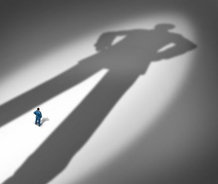 Unter einem Schatten Business Metapher für das Leben unter einem starken Führer oder der kleine Kerl oder kleine Unternehmen im Wettbewerb gegen Giganten wie ein Geschäftsmann vor einer großen Dunkelheit wie ein riesiger Mann als Symbol der Leibwächter oder Schutzengel geformt.