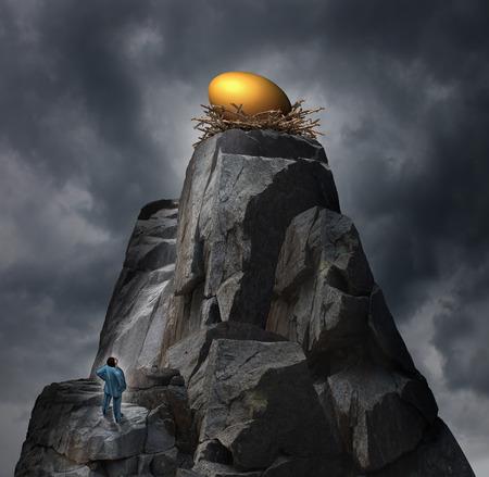 schema: Oro nido uovo concetto come metafora piano di pensionamento con un uomo in piedi in fondo a un pensiero rupe di roccia di una strategia volta a raggiungere il suo obiettivo di investimento finanziario arroccato in cima a una pericolosa alta montagna.