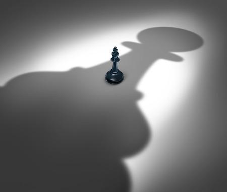 Changement de direction et le nouveau concept de leadership ou la modification d'un gestionnaire à l'avenir comme un symbole d'un roi d'échecs face à une ombre géante d'un pion coulé comme une icône de la puissance d'affaires à venir.