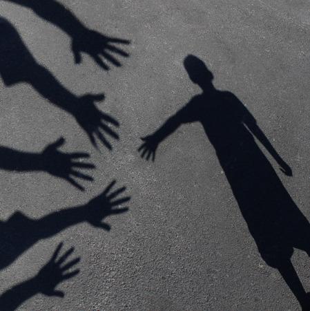 Gemeinschaft Unterstützung und Hilfe für Kinder Konzept mit Schatten einer Gruppe von erweiterten erwachsenen Händen Hilfe oder Therapie anbieten, um ein Kind in Not als Bildungs ??Symbol der sozialen Verantwortung t für bedürftige Kinder und Lehrer Beratung für Studierende, die zusätzliche ca brauchen