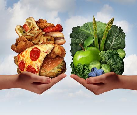 comida rica: Elección Nutrición y decisión concepto de dieta y opciones para comer sano dilema entre buenos frutos y hortalizas frescas o colesterol grasa rica comida rápida con dos manos que sostienen los alimentos tratando de decidir qué comer.