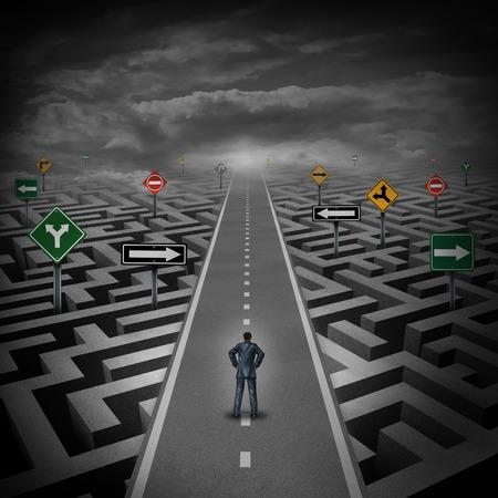 Krisenlösungskonzept als ein Geschäftsmann, der auf einer geraden Straße durch ein Labyrinth oder Labyrinth mit verwirrenden Richtung Verkehrszeichen als Metapher.