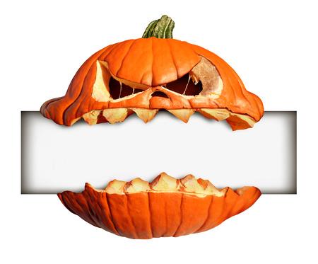calabaza: Muestra en blanco de Halloween como un personaje de la calabaza con la expresión humana mordiendo y sosteniendo una bandera en blanco con dientes jack o linterna como la publicidad