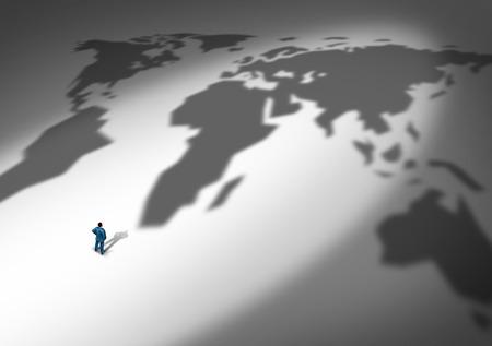 comercio: Estrategia de negocio mundial y la planificación global como una persona o de negocios de pie delante de una sombra proyectada de un mapa mundial como una metáfora de la expansión de la empresa a nuevos mercados a través de las exportaciones e importaciones de bienes y servicios internacionales. Foto de archivo