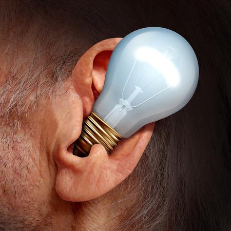 receptivo: Escuche las ideas concepto como una bombilla dentro de un o�do humano como un s�mbolo de la escucha y sintonizar con pensamientos creativos y consejos �xito de audiencia.