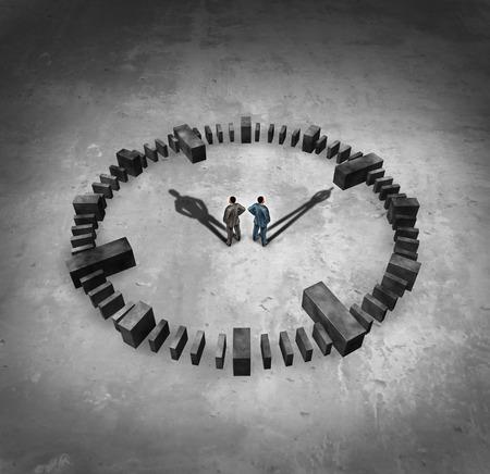 Zakelijke tijd concept als twee businessmn staande in het midden van een sundail klok met hun slagschaduwen als uren en minuten handen als een symbool van corporate deadlines en beheren van een tijdschema voor het voldoen aan afspraken.
