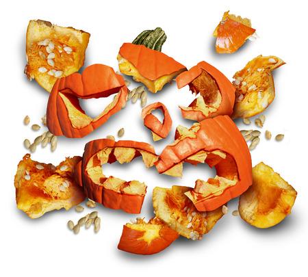 faroles: Calabaza estrelló sobre un fondo blanco como un concepto y símbolo de una fiesta de la cosecha o el tiempo de halloween con pedazos de naranja linterna de jack o carne esparcidos en el suelo y el truco o el tratamiento de icono de riesgo para la seguridad.
