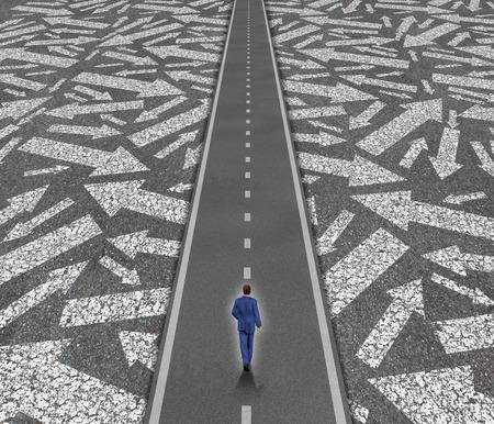 Oplossing pad business concept als een zakenman op een duidelijke weg dwars door verwarrende weg pijlen als een succes richting metafoor voor prestatie en focus. Stockfoto