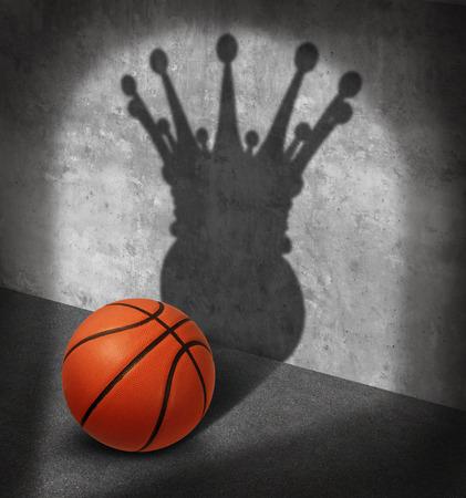 Campeón de baloncesto y el concepto de campeonato como una bola de una sombra con una corona de rey como una metáfora para la visualización de la victoria sobre los aros del tiroteo de la corte como un símbolo de éxito psicología del deporte. Foto de archivo