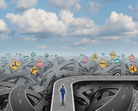 koncept: Genväg riktning koncept och affärs omväg symbolbeslut som affärsman går på en väg som undviker kaos förvirring och en kris som en ikon för att ändra kurs och finansiell planering eller strategi.