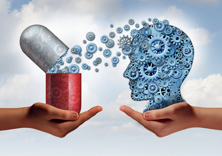Medicina Cerebro concepto de atención de la salud mental como las manos que sostienen una cápsula de píldora abierta liberación de marcha a una cabeza humana hecha de máquinas-ruedas dentadas como un símbolo de la ciencia farmacéutica de la neurología y el tratamiento de la enfermedad psicológica.