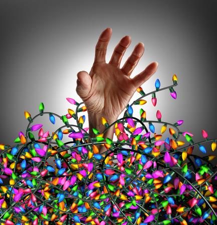 personen: Vakantieseizoen Stress concept als een menselijke hand ontsnapt uit een chaotische wirwar van decoratie verlichting als symbool van seizoensgebonden nood en sociale planning angst.