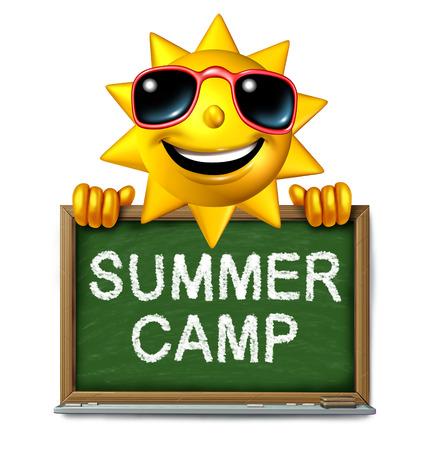 schoolchild: Zomerkamp bericht op een school schoolbord met tekst geschreven als een symbool van naschoolse recreatie en plezier onderwijs met een gelukkige zon karakter als een icoon voor de jeugd succes.