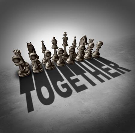 ajedrez: Concepto Together y s�mbolo trabajo en equipo como un grupo de piezas de ajedrez en un juego que echa una sombra con la palabra que representa la solidaridad asociaci�n en una empresa o sindicato de trabajadores.
