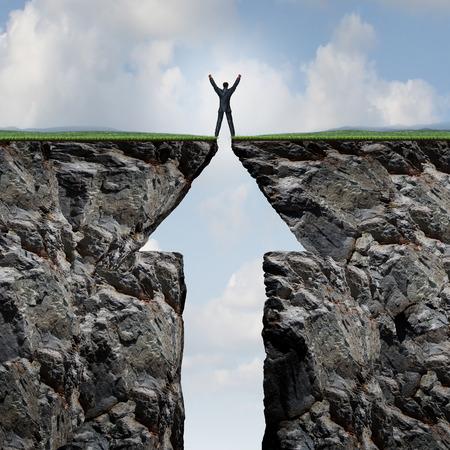 Lezení k úspěchu konceptu na hoře a dosažení vrcholu a summit jako obchodník s rukama ve vzduchu, stojící na vrcholu útesu obou stran ve tvaru jako symbol šipky.