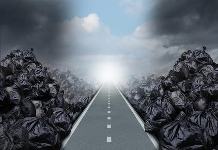 basurero: Solución basura concepto de medio ambiente como un camino recto o camino claro corte a través de un fondo con bolsas de basura como un símbolo de esperanza global de gestión de residuos para el futuro. Foto de archivo
