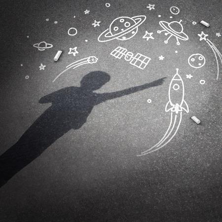 so�ando: Ni�o espacio del sue�o como un concepto de la imaginaci�n infantil con una sombra proyectada de un ni�o so�ando con ser un astronauta Foto de archivo
