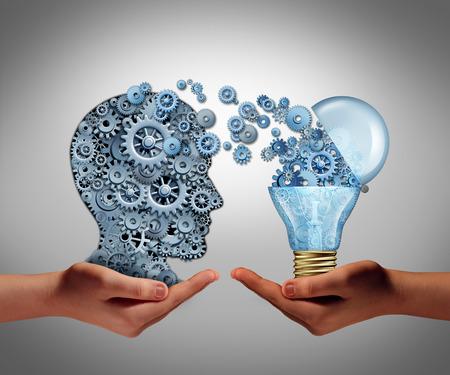 Concept van het creëren van ideeën en het bereiken symbool van aspiratie succes als twee handen die een groep van verbonden versnellingen in de vorm van een menselijk hoofd en een open gloeilamp als een icoon van de verbeelding en innovatie. Stockfoto