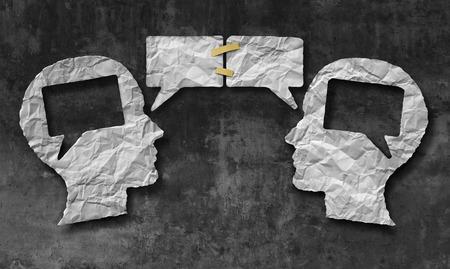 comunicacion oral: Hablando concepto de medios de comunicación en conjunto social como dos pedazos arrugados de forma de una cabeza humana con burbujas de diálogo o iconos discurso burbuja de papel con cinta como símbolo de comunicación para la comprensión de negocios y acuerdo de compromiso.