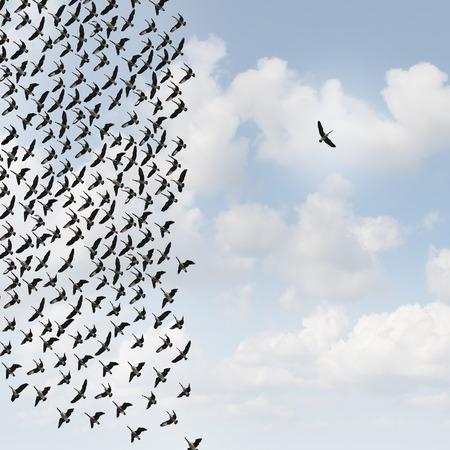 concept: Concetto indipendente pensatore e nuovo concetto di leadership o di individualità come un gruppo di oche in volo con un uccello individuo che va nella direzione opposta come un simbolo di business per il pensiero innovativo e come un diverso anticonformista anticonformista.