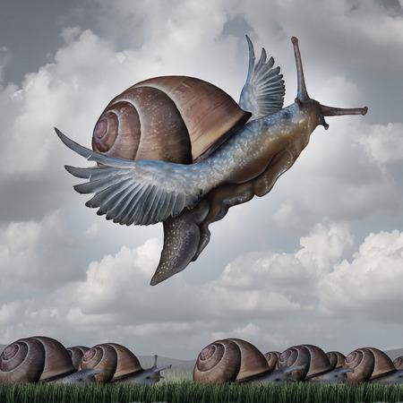 Concepto Advantage como una metáfora de negocios con un grupo surrealista de caracoles arrastrándose lentamente en el suelo en contraste con un caracol volar con las alas como símbolo de la innovación competitiva y de elevarse por encima del resto.