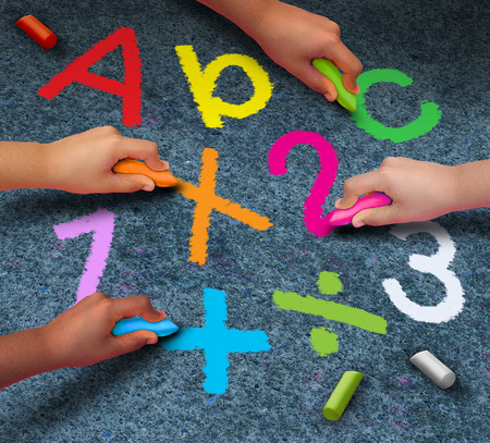 eğitim: Tebeşir yazma tutan ve okul desteği için dostluk içinde birlikte çalışmak için bir metafor olarak kaldırımda okuma ve matematik sembolleri çizim çocuk bir grup olarak kavram öğrenme Eğitim topluluk. Stok Fotoğraf