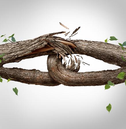 Gebroken ketting begrip en losgekoppeld symbool als twee verschillende boomstammen gebonden en aan elkaar gekoppeld als zwak fragiel, interessante links breken en vertrouwen of geloof metafoor als scheiding en echtscheiding of gebroken relatie te verliezen. Stockfoto