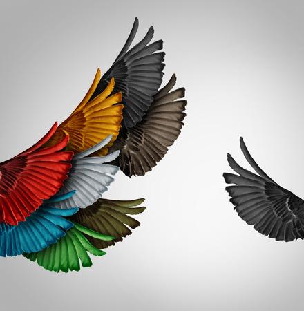 discriminacion: Ve que el concepto y la idea solo pensador independiente o nuevo concepto de liderazgo y la individualidad como un grupo de unidos alas del pájaro de vuelo con un ala persona va independiente como un icono de negocio para el pensamiento innovador o el espíritu emprendedor. Foto de archivo