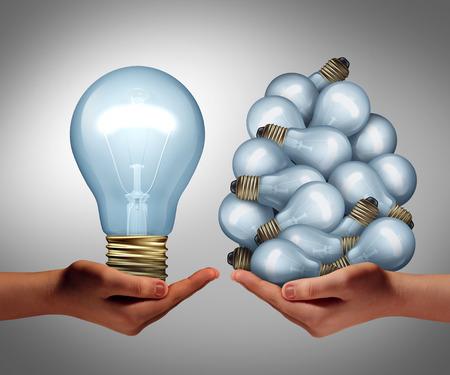 Concepto de la idea del tamaño de una mano que sostiene un gran lghtbulb y otra la celebración de un grupo de pequeños bulbos como un símbolo de la creatividad y la gestión eficiente del liderazgo creativo o innovador líder de inspiración.