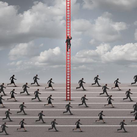 En contra de la idea de negocio actual o la marea como una metáfora por ser diferentes y la búsqueda de soluciones innovadoras a un entorno competitivo como un grupo de corredores encabezados en una dirección y un solo hombre de negocios diferente subiendo una escalera. Foto de archivo