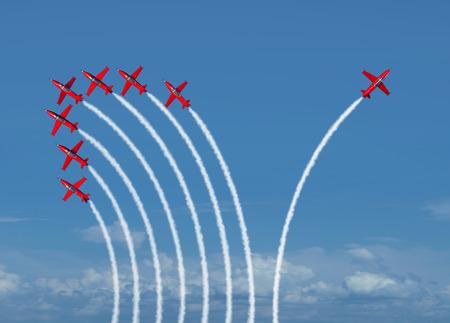 Unabhängige Innovation und neues Denken Konzept oder Führung Symbol der Individualität als eine Gruppe von Flug Strahlflugzeuge mit einem einzelnen Flugzeug geht in die entgegengesetzte Richtung als Business-Icon für innovative Denker.