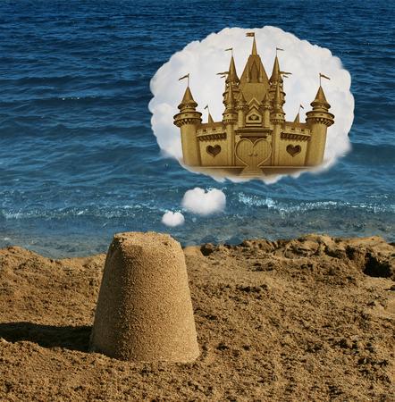 imaginacion: Piensa en grande concepto y símbolo de visualización positiva como soñando una forma ordinaria de arena básica y imaginando grandeza como un castillo majestuoso como una metáfora de imaginar el futuro enfoque potencial y el éxito en los negocios y la vida.
