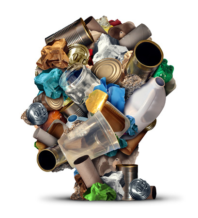 reciclar: El reciclaje de ideas y soluciones de gestión de basura del medio ambiente y las formas creativas de reutilizar los residuos como metal viejo vaso de papel y botellas de plástico en forma de una cabeza humana como símbolo para el pensamiento reutilizable y consejos de conservación.