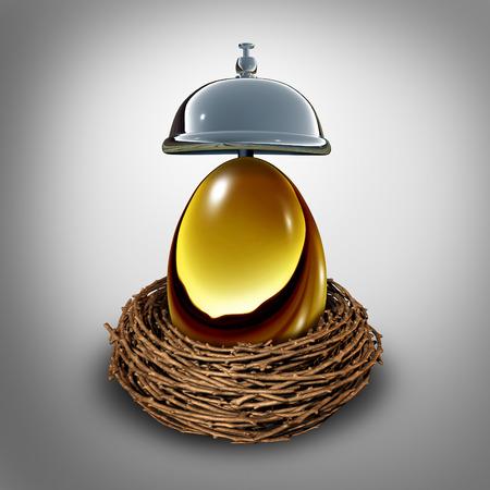 ingresos: Servicios financieros concepto y la inversión para el consejo de jubilación o símbolo bancario como un huevo de oro en anest con una campana de servicio como rentas de la empresa o de asistencia personal de las finanzas metáfora.