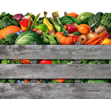 verduras: Frutas y verduras de cosecha de un mercado de agricultores con un grupo de frutas crudas naturales surtidos y verduras alimentos orgánicos lo más saludable en una caja de madera rústica como un símbolo para vivir una buena vida nutrición.