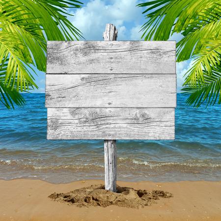 Strand houten teken en tropische vakantie leeg aanplakbord achtergrond als een oceaan golf op zand met palmbladeren als een symbool voor het toerisme en reizen informatie met een kopie ruimte.