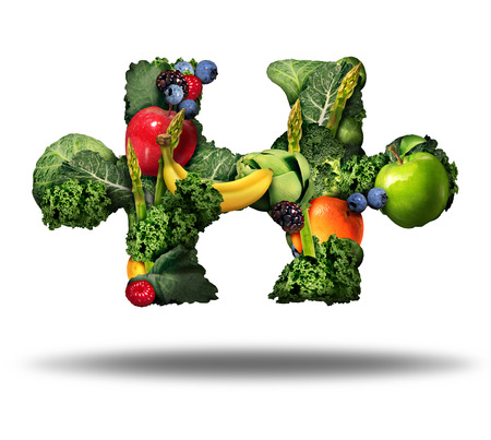 comida: Solución de comida saludable y comer frutas y verduras frescas símbolo como en forma de una pieza del rompecabezas sobre un fondo blanco como un icono de estilo de vida natural nutrición producto crudo.