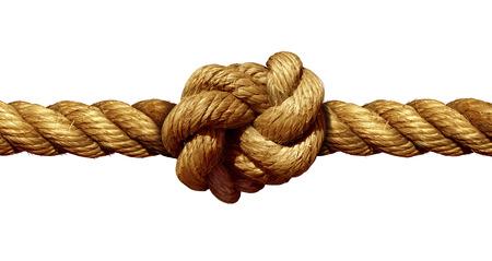 fortaleza: Nudo de la cuerda aislado en un fondo blanco como una fuerte línea marina náutica atados juntos como un símbolo de la confianza y la fe y una metáfora de la fuerza o el estrés.