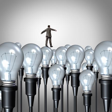 Creativiteit management concept en de business idee uitdaging symbool als een zakenman lopen voorzichtig op een groep van gloeilampen als een succes metafoor voor het beheren en begeleiden van creatief denken.