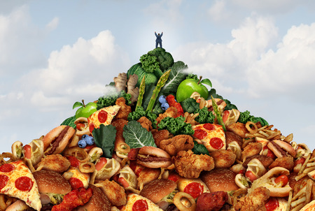 피트니스 성공의 상징으로 절정에 바닥과 과일과 야채에서 패스트 푸드로 만든 산의 정상에 등반 overwieght 사람으로 건강한 라이프 스타일 성취 개념입