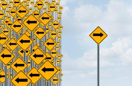 discriminacion: Individualidad Dirección y concepto de pensamiento independiente como un grupo de señales de tráfico flechas direccionales con un solo individuo que apunta en sentido contrario como un icono de negocio para solución innovadora.