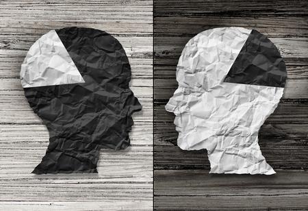 Etnische concept van gelijkheid en raciale rechtvaardigheid symbool als een zwart-wit verfrommeld papier in de vorm van een menselijk hoofd op oude rustieke houten achtergrond met contrasterende tinten als een metafoor voor sociale ras kwesties. Stockfoto