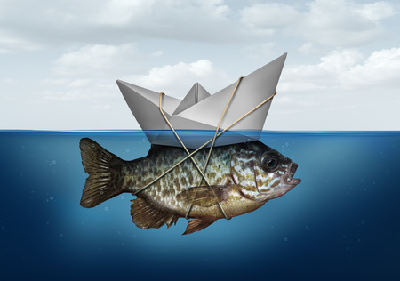 Resursoptimering koncept som ett företag symbol för utnyttjande av resurser för att främja och uppgradera en framgångsstrategi som ett papper båt i vatten knuten till en fisk som en effektivitetssystemlösning.