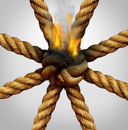 desconfianza: Equipo de negocios grupo de crisis s�mbolo problema y problemas asociaci�n como cuerdas atadas juntas en un conectado no siendo quemados por el fuego como una met�fora de los retos de organizaci�n y un peligro de colapso de las empresas.